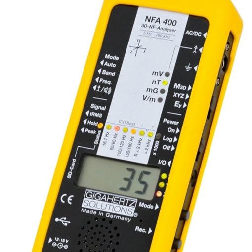 Le NFA400 est un analyseur basses fréquences électriques et magnétiques à sonde 3D et enregistreur et analyseur de données. Pour l'analyse la plus profonde. Le chef d'oeuvre de Gigahertz-Solutions