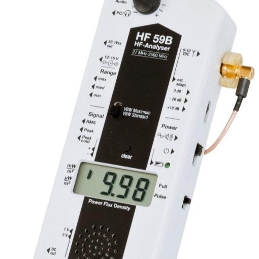 Le HF59B est un appareil professionnel de mesure de rayonnements électromagnétiques Hautes Fréquences fourni avec avec Antenne Directionnel (800 MHz à 2,7 GHz Tolérance 3,3 GHz). Il permet d'effectuer précise (au 0.01 µW/m²) la mesure : - des valeurs crêtes (Peak) - des Valeurs crêtes mémorisées (Peak Hold) - des valeurs moyennes (RMS) En option, il est possible d'y connecter l'antenne quasi- isotropique (3D) afin de mesurer de 27 MHz à 2,7 GHz (Tolérance 3,3 GHz)