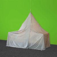 Baldaquin anti-ondes pour lit 1 place de forme pyramidale en tissu anti-ondes hautes (50 dB à 1 GHz) et basses fréquences SILVER-TULLE.