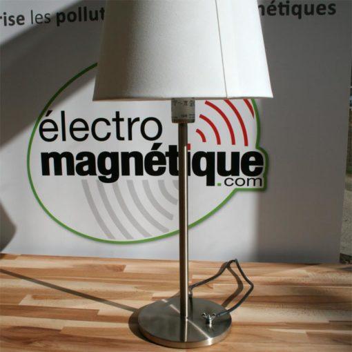 Vos lampes et autres objets métalliques non reliés à la terre sont de grosses sources de champs électriques. Ce cordon aimanté est la solution simple et efficace afin de raccorder ces objets à la terr