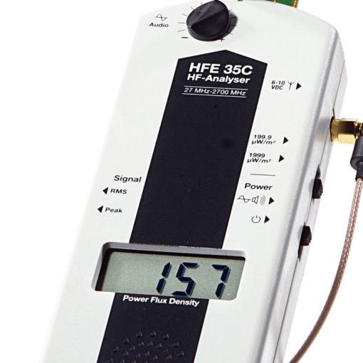 Le gigahertz HFE35C est un appareil de mesure de rayonnements électromagnétiques hautes fréquences (Fréquences 27 MHz à 2.7 GHz) fournit avec une antenne UBB27_G3 quasi-isotrope (3D) permettant des mesures jusqu'à 3.3GHz.