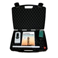 """Mallette d'appareils pour mesurer les champs électromagnétiques et un livre afin comprendre et se préserver des pollutions électromagnétiques comprenant : - un analyseur Basses Fréquences GIGAHERTZ SOLUTIONS ME3830B - un détecteur Hyperfréquences ACOUSTICOM 2 / AC2 - un livre """"LA POLLUTION ELECTROMAGNETIQUE"""" - une mallette de transport"""