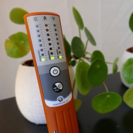 Détecteur d'ondes électromagnétiques CEMPROTEC 34 permettant d'évaluer rapidement et simplement votre niveau d'exposition aux pollutions électromagnétiques Basses Fréquences (de 10 Hz à 5 KHz) et Hautes Fréquences (de 1 MHz à 10 GHz). Simple d'utilisation compact, précis et made in France. Permet ainsi de mesurer les pollutions électromagnétiques émises par les appareils électriques électroménagers, les lignes hautes tensions, les réseaux électriques, les WIFI, bleutoooth, la 5G, 4G, 3G,...